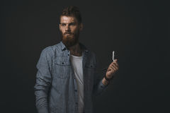 Ritratto dell'uomo barbuto con il rasoio diritto Immagini Stock Libere da Diritti