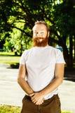 Ritratto dell'uomo barbuto dei capelli rossi divertenti con il fronte curioso Immagini Stock
