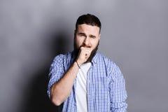 Ritratto dell'uomo barbuto di sbadiglio Fotografia Stock Libera da Diritti