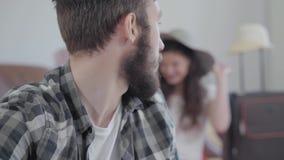 Ritratto dell'uomo barbuto offensivo triste nei giri e negli sguardi della priorit? alta alla sua moglie felice che prova su un c video d archivio