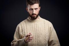 Ritratto dell'uomo barbuto sospettoso con il sigaro Fotografia Stock Libera da Diritti