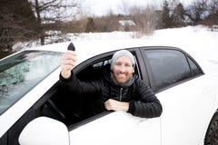 Ritratto dell'uomo bello in automobile nell'inverno Immagini Stock Libere da Diritti