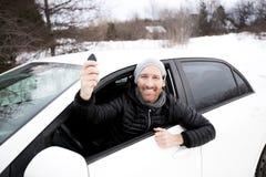 Ritratto dell'uomo bello in automobile nell'inverno Fotografia Stock