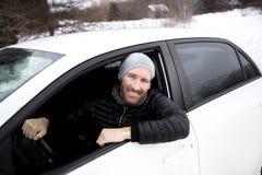 Ritratto dell'uomo bello in automobile nell'inverno Immagini Stock