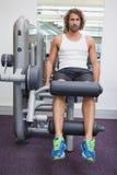 Ritratto dell'uomo bello che fa allenamento della gamba alla palestra Fotografia Stock