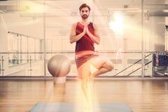 Ritratto dell'uomo bello che fa yoga sulla stuoia Immagine Stock