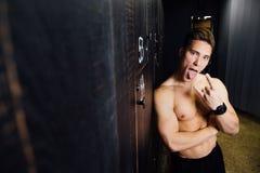 Ritratto dell'uomo bello del modello di forma fisica, torso nello spogliatoio Ritratto prima o dopo l'allenamento Immagini Stock