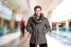 Ritratto dell'uomo bello in sciarpa e cappotto Fotografia Stock Libera da Diritti