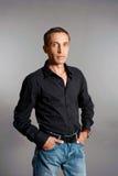 Ritratto dell'uomo in camicia nera Fotografia Stock