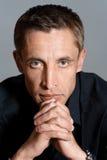 Ritratto dell'uomo in camicia nera Fotografie Stock Libere da Diritti