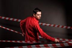 Ritratto dell'uomo in camicia rossa sul nero Fotografia Stock