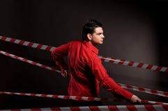 Ritratto dell'uomo in camicia rossa sul nero Immagini Stock Libere da Diritti