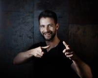 Ritratto dell'uomo casuale felice che indica nella macchina fotografica Fotografie Stock Libere da Diritti
