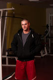 Ritratto dell'uomo caucasico del muscolo in maglia con cappuccio fotografia stock libera da diritti
