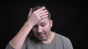 Ritratto dell'uomo caucasico di mezza età con l'orecchino che gesturing il segno del facepalm mostrare disturbo nella macchina fo archivi video