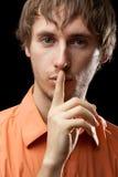 Ritratto dell'uomo che dice silenzio fotografia stock