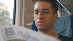 Ritratto dell'uomo che legge una rivista in un viaggio lungo del treno Viaggio in treno della vettura di concetto di viaggio dell archivi video