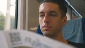 Ritratto dell'uomo che legge una rivista in un viaggio lungo del treno Viaggio in treno della vettura di concetto di viaggio dell stock footage