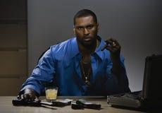 Ritratto dell'uomo che si siede al DES Fotografia Stock Libera da Diritti
