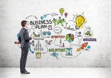 Ritratto dell'uomo con caffè con un business plan Immagini Stock Libere da Diritti