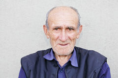 Ritratto dell'uomo con i capelli bianchi anziano sorridente Immagine Stock