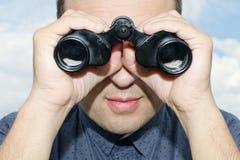 Ritratto dell'uomo con il binocolo. Immagine Stock Libera da Diritti