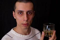 Ritratto dell'uomo con vetro di whisky Immagini Stock Libere da Diritti