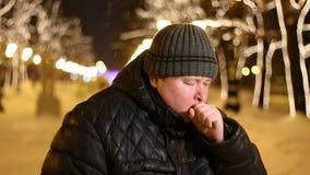 Ritratto dell'uomo congelato che tossisce all'aperto durante la sera fredda di inverno video d archivio