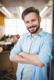 Ritratto dell'uomo d'affari allegro nel self-service dell'ufficio Immagine Stock Libera da Diritti