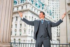 Ritratto dell'uomo d'affari americano bello di medio evo a New York Immagine Stock