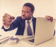 Ritratto dell'uomo d'affari arrabbiato e frustrato che grida al computer portatile disperato, sovraccaricato e sollecitato immagine stock