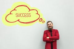 Ritratto dell'uomo d'affari barbuto sorridente felice in camicia rossa che sta, sognare, esaminante macchina fotografica con il s fotografie stock libere da diritti