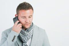 Ritratto dell'uomo d'affari che funziona con il cellphon Immagini Stock Libere da Diritti