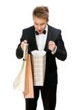 Ritratto dell'uomo d'affari che guarda in sacchetti della spesa immagine stock