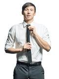 Ritratto dell'uomo d'affari che regola legame sul collo Fotografia Stock