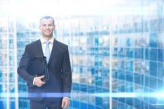 Ritratto dell'uomo d'affari che tiene caso Fotografie Stock