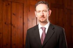 Ritratto dell'uomo d'affari con i comitati di legno Fotografia Stock