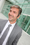 Ritratto dell'uomo d'affari davanti a costruzione moderna Fotografia Stock Libera da Diritti