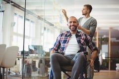 Ritratto dell'uomo d'affari di handicap in ufficio creativo fotografia stock