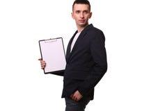 Ritratto dell'uomo d'affari felice che mostra lavagna per appunti in bianco sopra bianco Immagini Stock Libere da Diritti