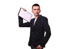 Ritratto dell'uomo d'affari felice che mostra lavagna per appunti in bianco sopra bianco Fotografie Stock