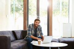 Ritratto dell'uomo d'affari Having Working Lunch in ufficio immagine stock