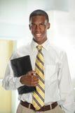 Ritratto dell'uomo d'affari Holding Folder fotografie stock libere da diritti