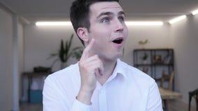 Ritratto dell'uomo d'affari Medio Evo di pensiero in ufficio stock footage