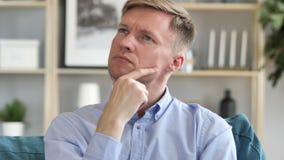 Ritratto dell'uomo d'affari Medio Evo di pensiero in ufficio archivi video