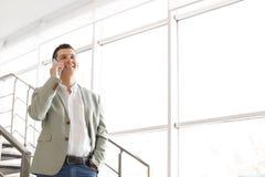 Ritratto dell'uomo d'affari sicuro con il telefono cellulare Fotografia Stock