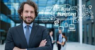 Ritratto dell'uomo d'affari sicuro con l'introduzione sul mercato digitale ed i grafici Immagini Stock Libere da Diritti