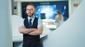 Ritratto dell'uomo d'affari sicuro o programmatore nell'ufficio o nel laboratorio moderno Concetto futuro di tecnologie archivi video