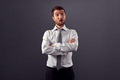 Uomo d'affari sorpreso sopra fondo grigio Immagini Stock Libere da Diritti