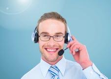 Ritratto dell'uomo d'affari sorridente con la cuffia avricolare in ufficio Immagine Stock Libera da Diritti